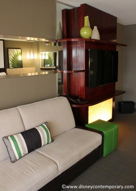 Daybed and television in room 4428